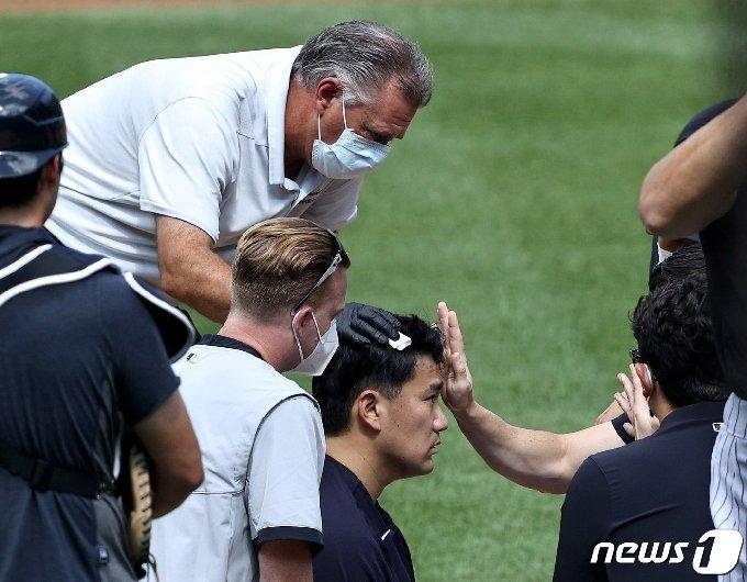 뉴욕 양키스의 일본인 투수 다나카 마사히로(32)가 5일(한국시간) 뉴욕 양키스타디움에서 시뮬레이션 경기 중 팀 동료 지안카를로 스탠트의 타구에 머리를 맞고 쓰러졌다.© AFP=뉴스1
