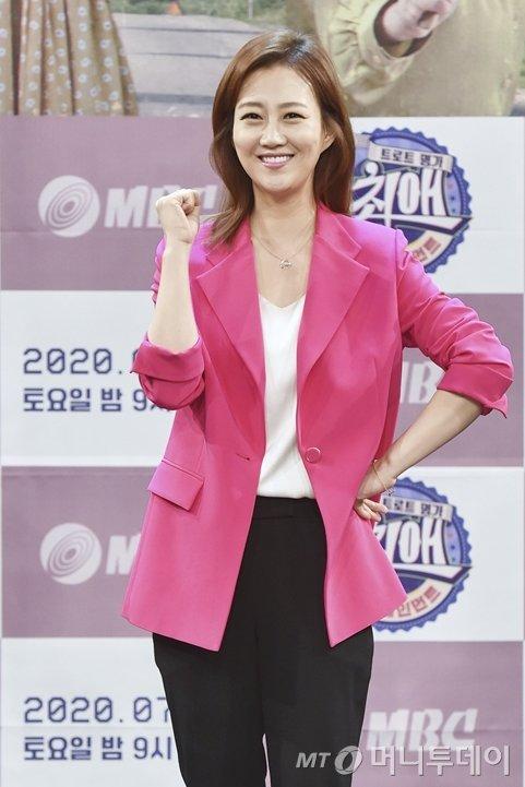 지난 3일 오후 온라인 생중계로 진행된 MBC '최애 엔터테인먼트' 제작발표회에서 가수 장윤정이 포즈를 취하고 있다./사진제공=MBC