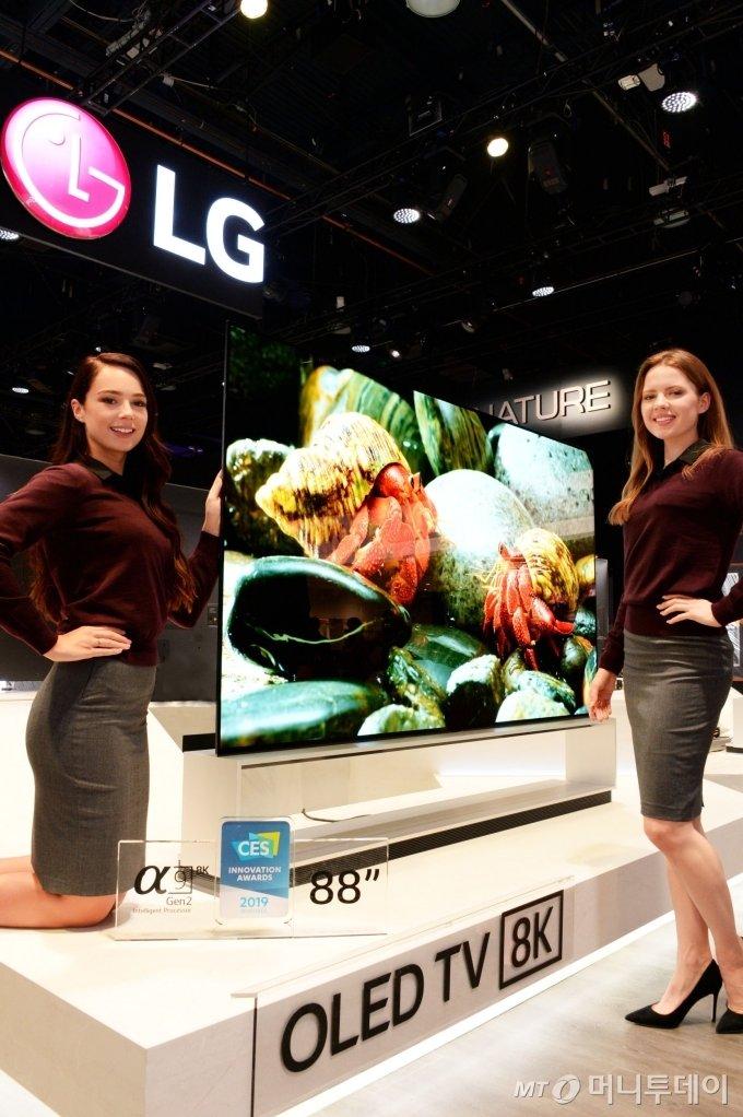 8일부터 미국 라스베이거스에서 열린 CES 2019 전시회에서 모델들이 세계 최초 8K 해상도를 구현한 LG전자 88인치 올레드 TV를 소개하고 있다. / 사진제공=LG전자
