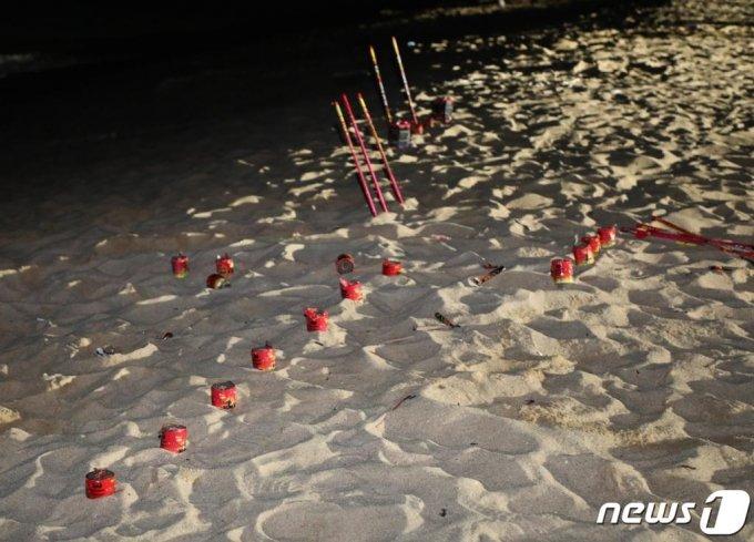 사진은 기사와 관계없음. 2019년 8월1일 강릉 경포해변에서 관광객들이 쓰고 버린 폭죽이 그대로 꽂혀 있다./사진=뉴스1
