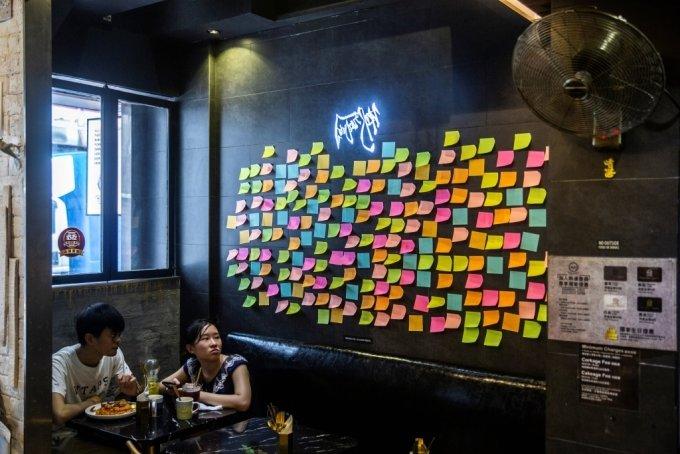 홍콩 한 식당에 붙어 있는 포스트잇. /사진=AFP