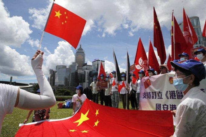 [홍콩=AP/뉴시스]30일 홍콩에서 친중 지지자들이 홍콩국가안전유지법(보안법) 승인을 축하하는 집회에 참여해 중국 국기를 흔들고 있다. 이날 중국 전국인민대표대회 상무위원회는 홍콩 내 국가 분열 행위를 처벌하는 보안법을 만장일치로 최종 통과시켰다. 홍콩 보안법은 홍콩 반환 23주년 기념일인 7월 1일부터 시행될 것으로 보인다. 2020.06.30.