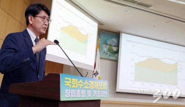 조용성 에너지경제연구원장이 6일 서울 여의도 국회에서 열린 '국회수소경제포럼'에서 기조강연을 하고 있다./사진=이기범 기자