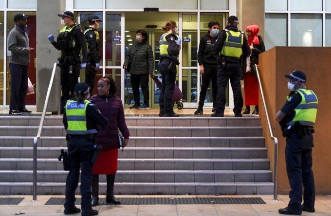 호주 빅토리아주 경찰이 6일 신종 코로나바이러스 감염증(코로나19) 확진자가 대거 발생해 봉쇄 조치가 내려진 멜버른의 한 아파트 주변에 서 있다. /사진=AFP
