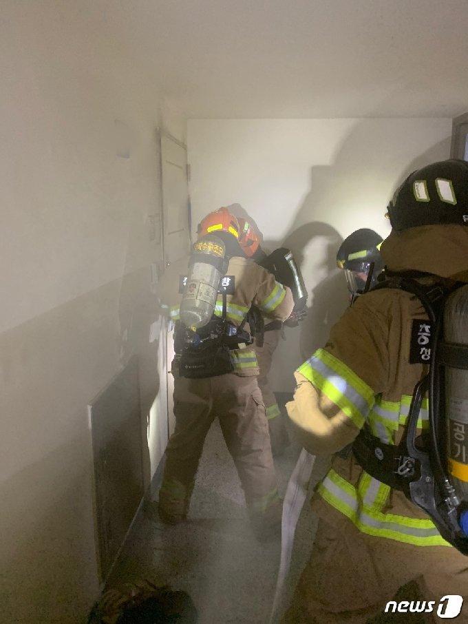 6일 오후 7시49분쯤 청주시 서원구 한 아파트단지 7층에서 불이 났다. 이 불로 남편 A씨(60)가 숨졌고 아내 B씨(59)는 타박상을 입고 병원으로 옮겨졌다. (청주서부소방서 제공) © 뉴스1