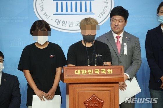 6일 국회에서 기자회견을 하는 고 최숙현의 동료들. /사진=뉴시스