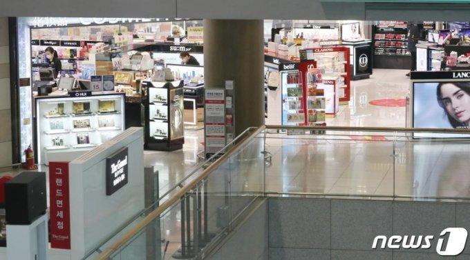 인천국제공항 1터미널 출국장 면세구역이 한산한 모습을 보이고 있다. /사진=뉴스1