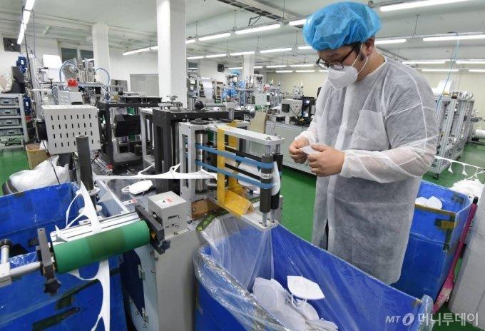 지난 3월 9일 오후 경기 용인시 기흥구 상공양행 마스크 공장에서 직원들이 마스크를 검수하고 있다. /사진=뉴시스