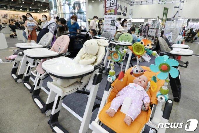 (대구=뉴스1) 공정식 기자 = 25일 오전 대구 북구 산격동 엑스코(EXCO)에서 열린 임신·출산과 육아·교육 전문전시회 '제28회 대구 베이비&키즈페어(베키)'를 관람객들이 다양한 제품을 살펴보고 있다.  지난 2월 대구에서 확산된 신종 코로나바이러스 감염증(코로나19) 여파로 엑스코에서 열릴 예정이던 전시·박람회 일정이 대부분 취소된 가운데 이날 코로나19 사태 이후 처음으로 행사가 진행됐다. 2020.6.25/뉴스1