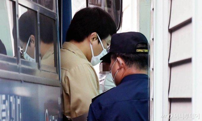 [대구=뉴시스] 이무열 기자 = 미성년자를 성폭행한 혐의로 구속 기소된 왕기춘 올림픽 전 국가대표가 26일 오전 재판을 받기 위해 버스에서 내리고 있다. 2020.06.26.  lmy@newsis.com