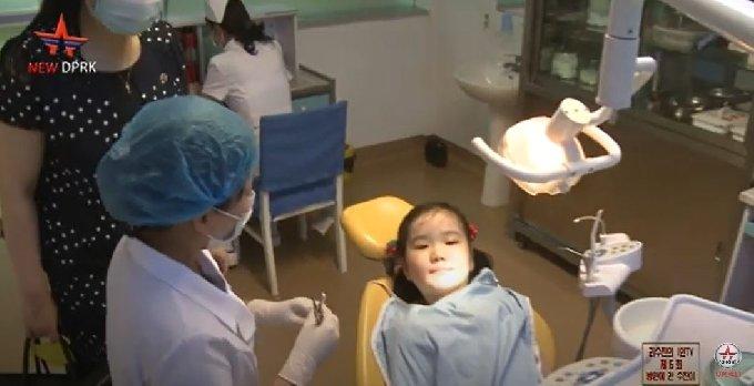 옥류아동병원에서 치과 진료를 받고 있는 북한 어린이 리수진.(유튜브 'New DPRK' 갈무리)© 뉴스1