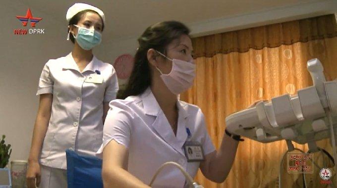 옥류아동병원에서 복부초음파 진료를 받고 있는 북한 어린이 리수진.(유튜브 'New DPRK' 갈무리)© 뉴스1