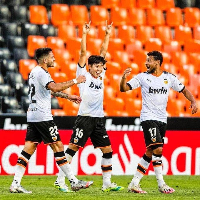 발렌시아의 이강인(가운데)이 8일(한국시간) 스페인 발렌시아의 에스타디오 데 메스타야에서 열린 레알 바야돌리드와의 경기에서 득점 후 기뻐하고 있다. (발렌시아 페이스북 캡처) © 뉴스1