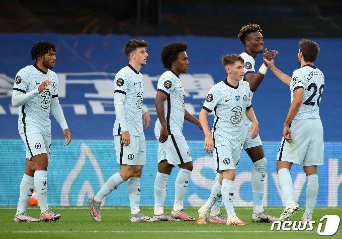 첼시 선수들이 8일(한국시간) 영국 런던의 셀허스트 파크에서 열린 크리스탈 팰리스와의 2019-20 잉글랜드 프리미어리그 34라운드에서 득점 후 기뻐하고 있다. © AFP=뉴스1