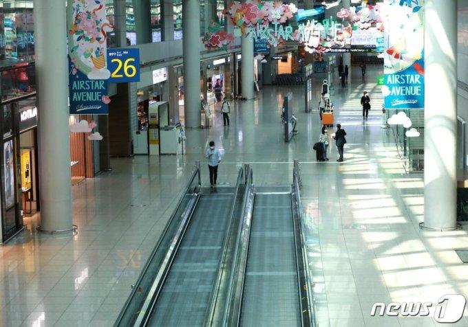 (인천공항=뉴스1) 정진욱 기자 = 3일 오후 인천국제공항 1터미널 면세구역의 모습.2020.6.3/뉴스1