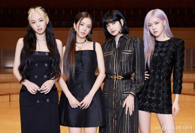 걸그룹 블랙핑크가 26일 오후 온라인 생중계로 진행된 컴백 쇼케이스에서 포즈를 취하고 있다. /사진제공=YG엔터테인먼트