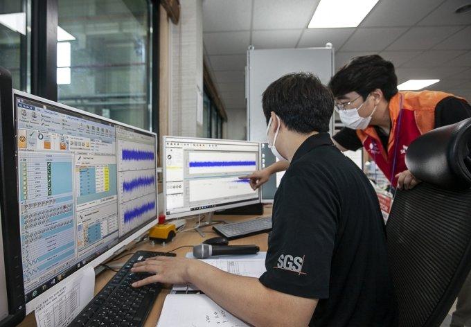 : SK텔레콤 엔지니어가 기지국에 설치한 지진감지센서로부터 전달되는 진동 데이터를 모니터링 하는 모습/사진제공=SK텔레콤