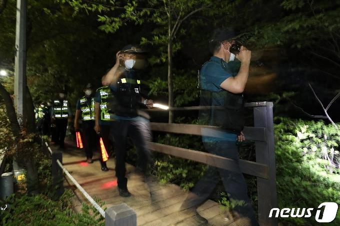 [사진] '박원순 시장 실종' 2차 야간 수색작업하는 경찰