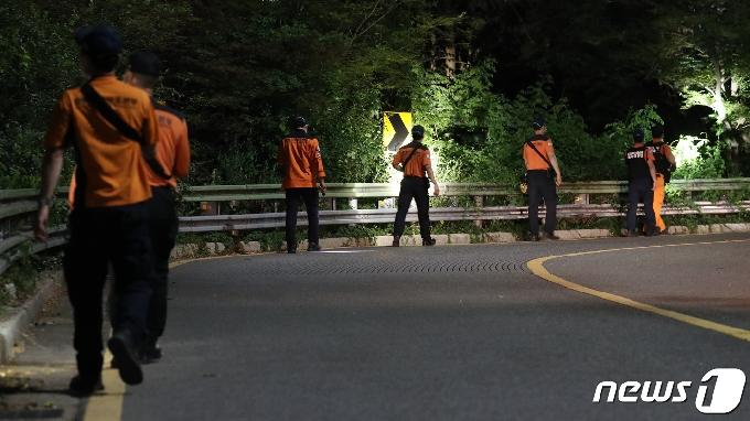 [사진] 2차 야간수색 작업하는 특수대응단 소방대원들