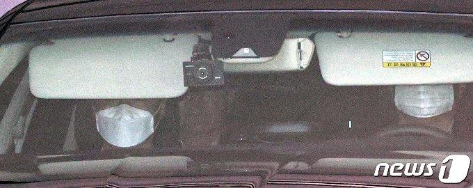 윤석열 검찰총장이 탄 차량이 9일 오후 서초구 대검찰청을 나서고 있다. 2020.7.9/뉴스1 © News1 박지혜 기자