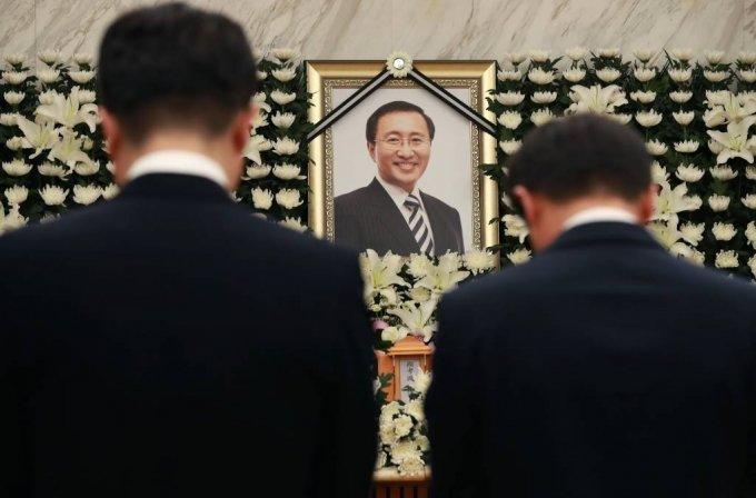 故 노회찬 정의당 원내대표가 투신 사망한 23일 오후 서울 신촌세브란스 병원 장례식장에 마련된 빈소에 한병도 청와대 정무수석, 송인배 정무비서관이 조문을 하고 있다. /사진=이동훈 기자