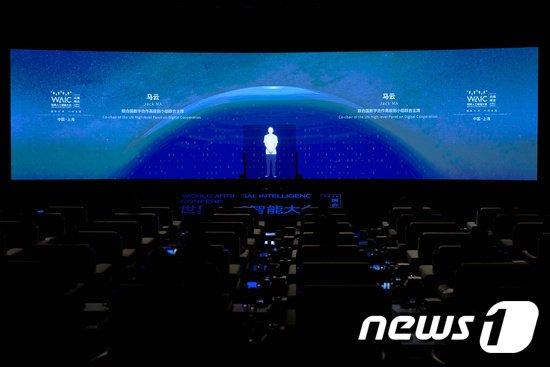 9일 상하이에서 온라인을 통해 개막한 세계인공지능회의(WAIC) 개막식에서 홀로그램으로 무대 위에 등장한 마윈(영어명 잭 마) 알리바바 그룹 창업자. © 로이터=뉴스1