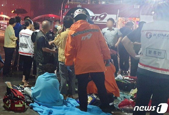10일 오전 3시42분쯤 전남 고흥군 고흥읍 한 종합병원에서 불이 나 소방당국 등이 환자들의 상태를 확인하고 있다. 이 불로 현재까지 2명이 숨지고 32명이 크고 작은 부상을 입었다.(독자 제공) 2020.7.10 /뉴스1 © News1