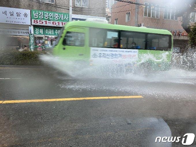 10일 낮 12시15분쯤 부산 연제구 연산동의 한 도로에서 마을 버스 한대가 물바다로 변한 도로 위를 달리고 있다.(독자제공)© 뉴스1