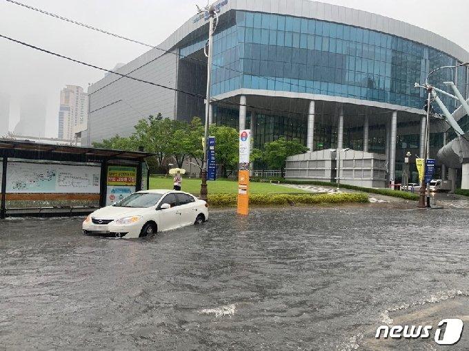 10일 오전 부산 해운데 제2벡스코 환승센터 앞 도로에 있던 승용차 한 대가 폭우에 침수된 모습.(부산지방경찰청 제공)© 뉴스1