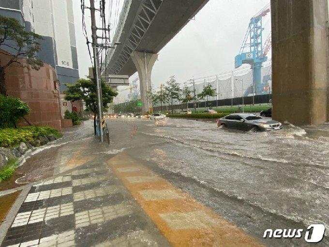 부산에 호우경보가 내려진 가운데 10일 오전 부산 영도구의 한 아파트 앞 도로에 물에 잠겨 있다.(부산소방재난본부 제공)© 뉴스1