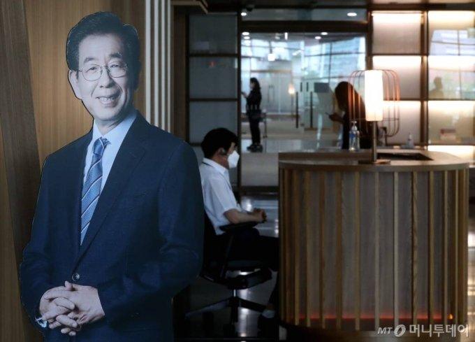 박원순 서울시장이 사망한 채 발견된 가운데 10일 오전 서울시청 시장실 앞에 환하게 웃고 있는 박 시장의 사진이 보이고 있다. / 사진=홍봉진 기자 honggga@