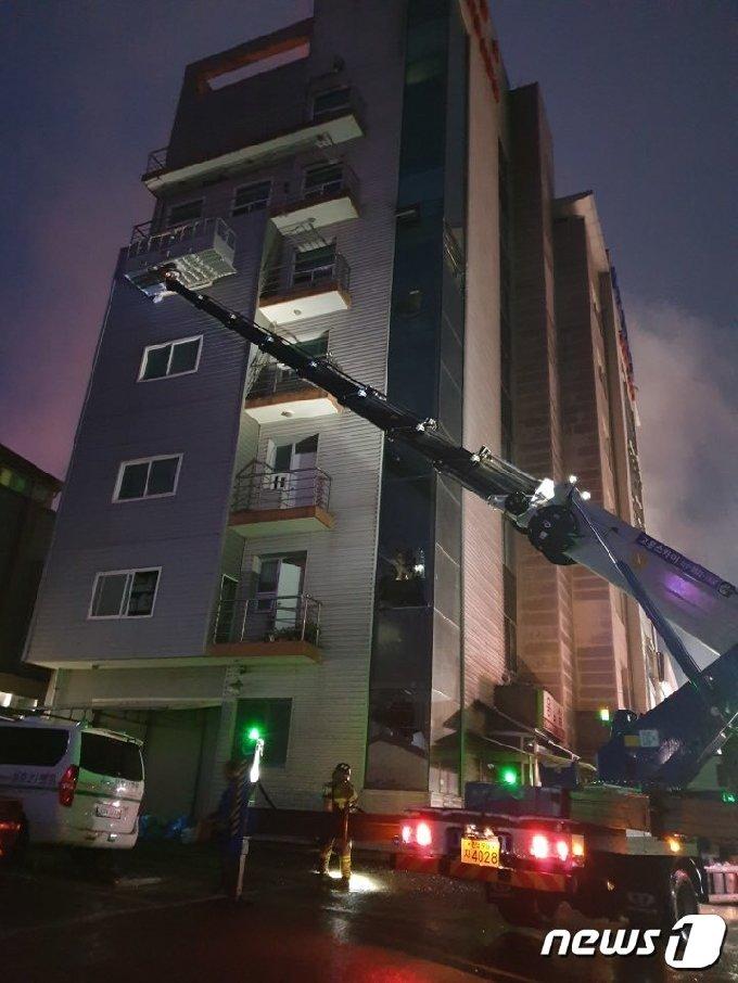 10일 오전 4시쯤 전남 고흥에 있는 민간이삿짐 업체인 '고흥스카이' 사다리차가 화재가 발생한 건물에서 인명 구조활동을 벌이고 있다.(신복수씨 제공)2020.7.10/뉴스1 © News1 지정운 기자