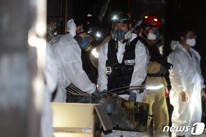 10일 30명의 사상자(2명 사망·28명 부상)가 발생한 전남 고흥군 고흥읍 한 병원에서 국립과학수사연구원·경찰· 소방 등 관계당국이 현장에서 수거한 증거물을 옮기고 있다. 2020.7.10/뉴스1 © News1 한산 기자