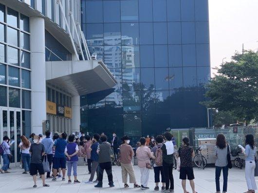 9일 오전 9시20분쯤 서울 성동구 성수동 이마트 본점 앞에서 비말차단용 마스크를 구매하기 위해 시민 100여명이 넘는 시민들이 줄을 서고 있다./사진= 임찬영 기자