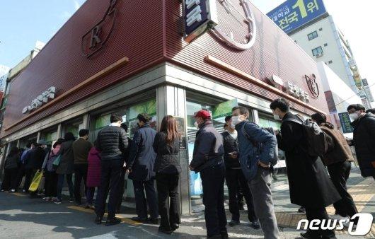 마스크 5부제가 시행된 3월 9일 오전 서울 종로구의 한 대형 약국에서 시민들이 공적 마스크를 구매하기 위해 줄을 서 있다. /사진=뉴스1