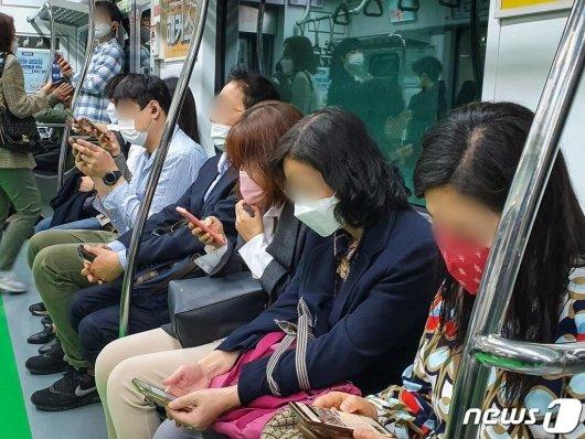 5월 13일 서울 지하철 2호선을 탑승한 시민들이 마스크를 착용하고 있다.  /사진=뉴스1