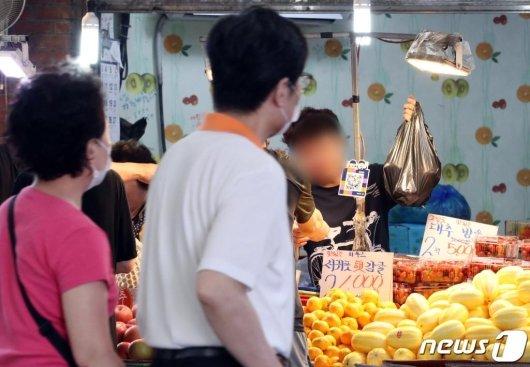 지난달 28일 서울 마포구 망원시장에서 마스크를 쓰지 않은 일부 상인들이 물건을 판매하고 있다. /사진=뉴스1