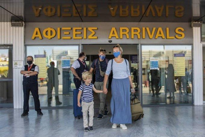그리스가 코로나19 사태로 중단됐던 국제선 운항 중 일부를 재개한 지난 1일(현지시간) 크레타섬 헤라클리온시에 있는 국제공항에 관광객들이 도착한 모습이다. /사진=뉴스1