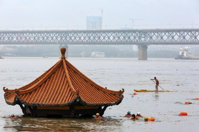 8일 후베이성 우한의 양쯔강 주변에 한 누각이 물에 잠겨 있다. /사진=AFP