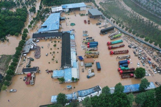 7일 중국 동부 안후이성 황산시가 폭우로 인해 건물과 차량이 침수돼 있다. /사진=AFP