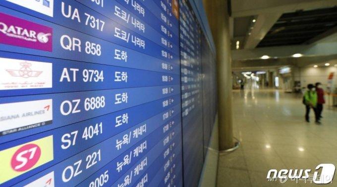 (인천공항=뉴스1) 안은나 기자 = 중동·아프리카 지역의 입국자 코로나19 확진 사례가 늘고 있는 10일 인천국제공항 입국장 전광판에 카타르 도하발 입국 항공편 정보가 나와있다. 2020.5.10/뉴스1