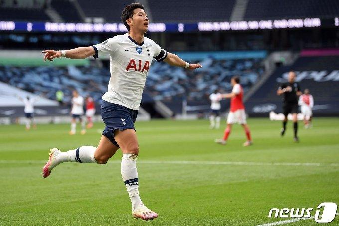 토트넘의 손흥민이 13일(한국시간) 영국 런던의 토트넘 훗스퍼 스타디움에서 열린 아스널과의 2019-20 잉글랜드 프리미어리그 35라운드에서 득점 후 세리머리를 하고 있다. © AFP=뉴스1