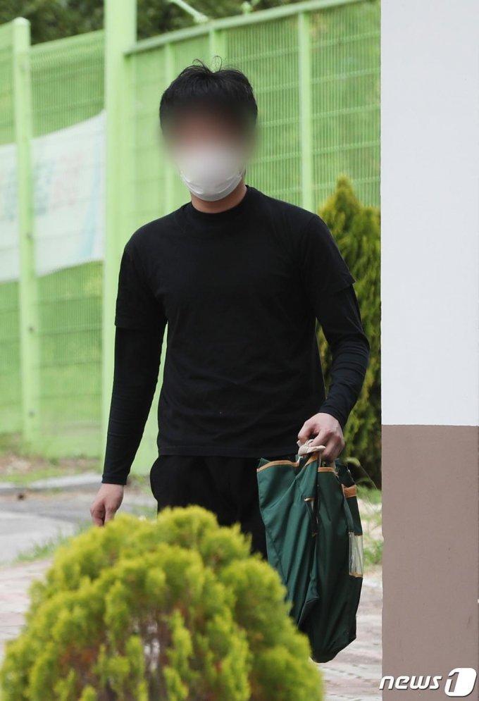 세계 최대 아동 성착취물 사이트 '웰컴 투 비디오'(W2V)를 운영한 손정우가 미국 송환이 불허된 지난 6일 오후 경기도 의왕시 서울구치소에서 석방되고 있다./사진=뉴스1