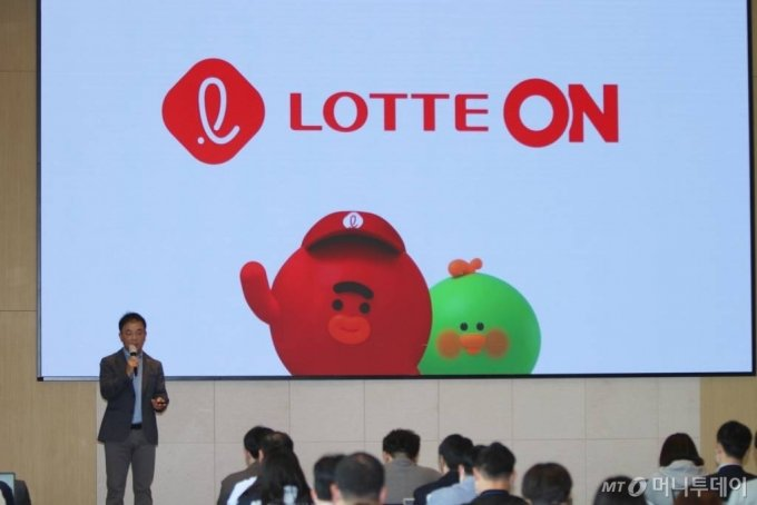 지난 4월 조영제 롯데쇼핑 e커머스사업부 대표가 '롯데ON 전략 설명회'를 진행하고 있는 모습 / 사진=롯데쇼핑