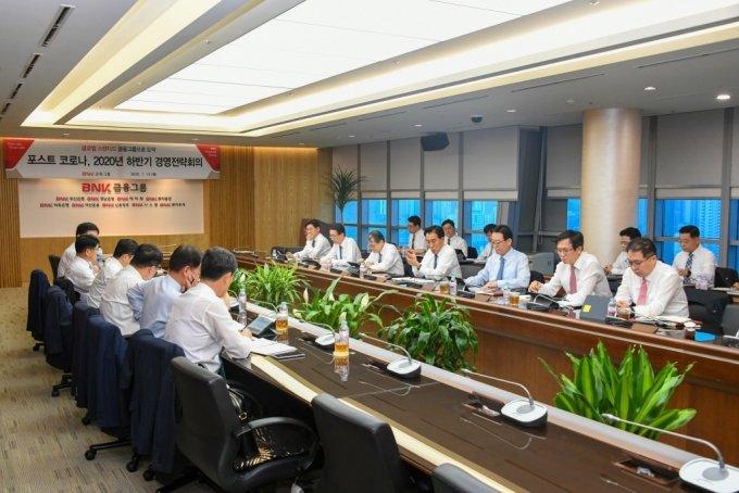 BNK금융그룹이 13일 하반기 경영방향을 점검하는 '포스트 코로나, 2020년 하반기 경영전략회의'를 개최했다. 김지완 BNK금융 회장(사진 윗줄 왼쪽에서 4번쨰)이 회의를 주재하고 있다./사진제공=BNK금융