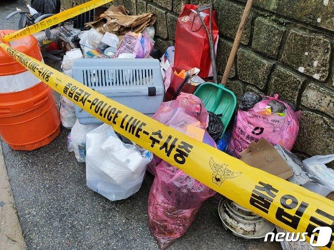 군용 탄약상자가 발견된 쓰레기더미© 뉴스1