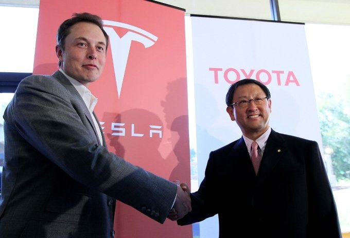 일론 머스크 테슬라 CEO(왼쪽)와 토요타의 도요타 아키오 CEO가 지난 2010년 5월 20일 미국 캘리포니아 테슬라 본사에서 양사의 제휴를 선언한 뒤 악수하고 있다. /사진=AFP
