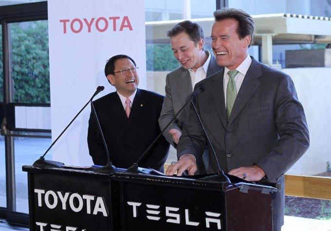 2010년 5월 20일 미국 캘리포니아 테슬라 본사에서 열린 기자회견에서 토요타의 도요타 아키오 CEO, 일론 머스크 테슬라 CEO 그리고 당시 캘리포니아 주지사였던 배우 출신 아놀드 슈워제네거가 웃고 있다. /사진=AFP