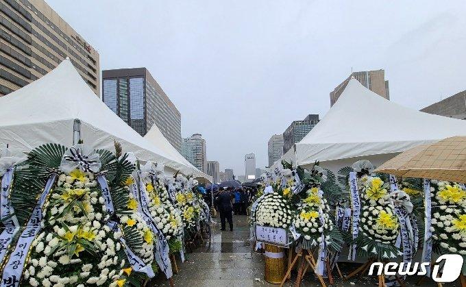 13일 오후 서울 종로구 광화문광장에 마련된 '백선엽 장군 시민분향소' 뒤편에 조화들이 놓여있는 모습. © 뉴스1 이상학 기자