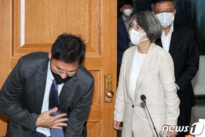 [사진] 회의실 들어서는 김영란 양형위원회 위원장